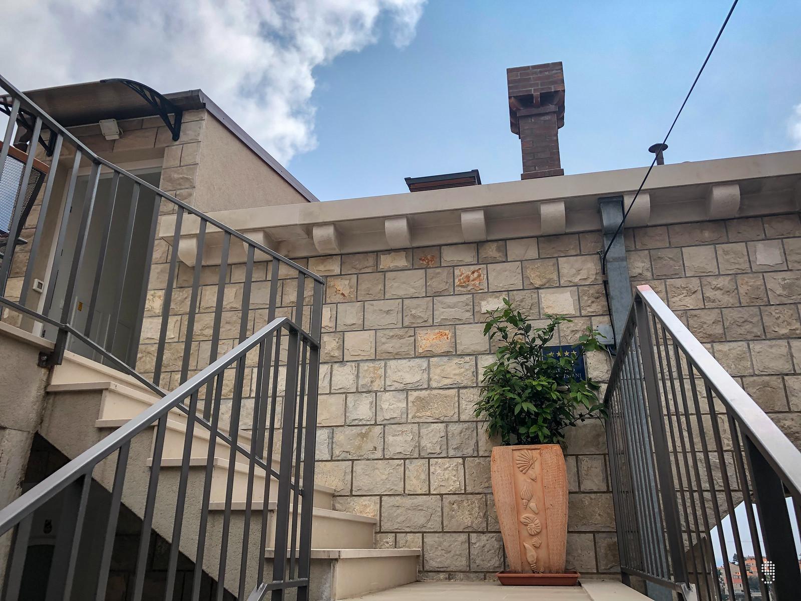 獨立樓梯連接了房間與大門