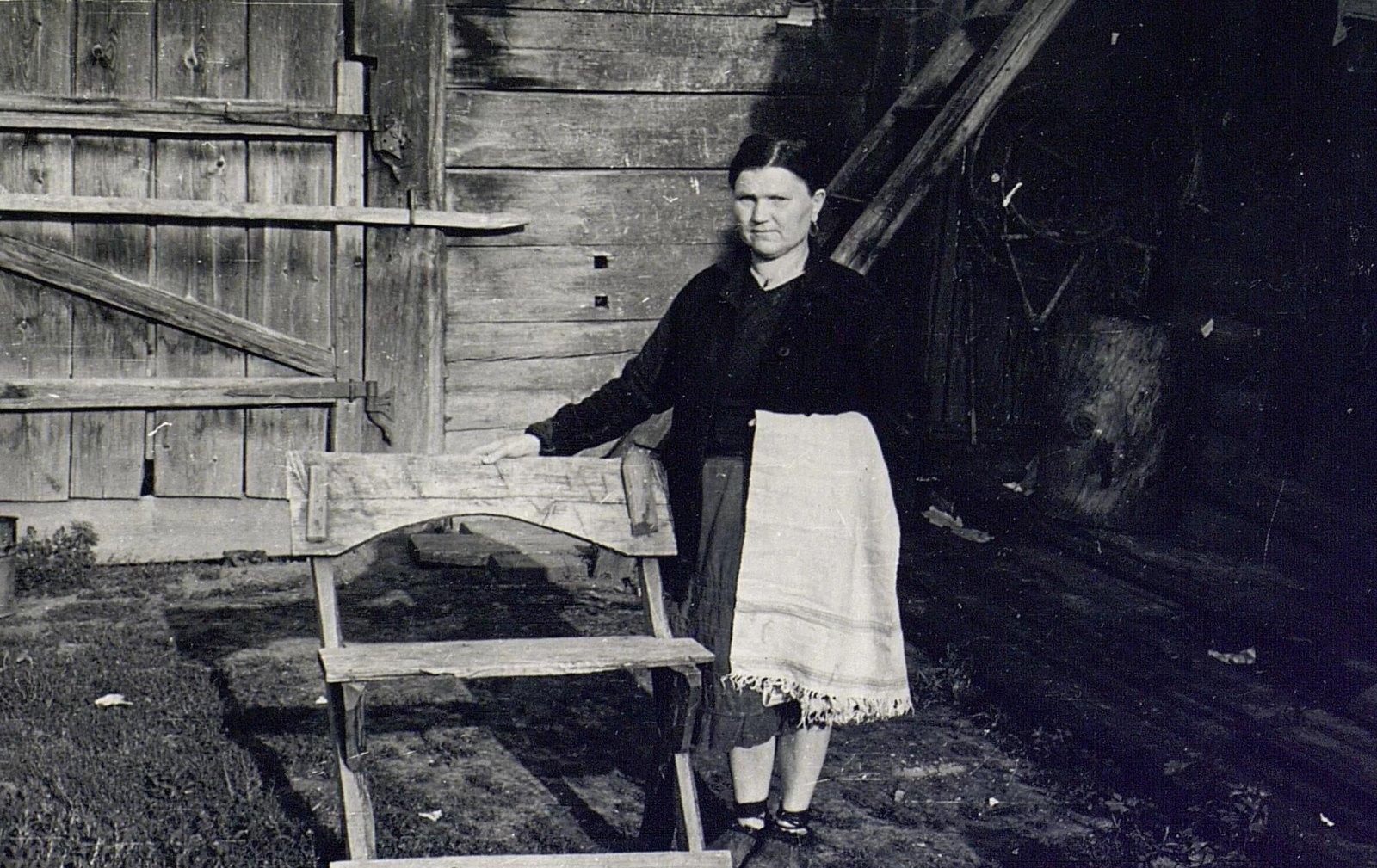 Е.М. Погодаева у скамейки для точки пил