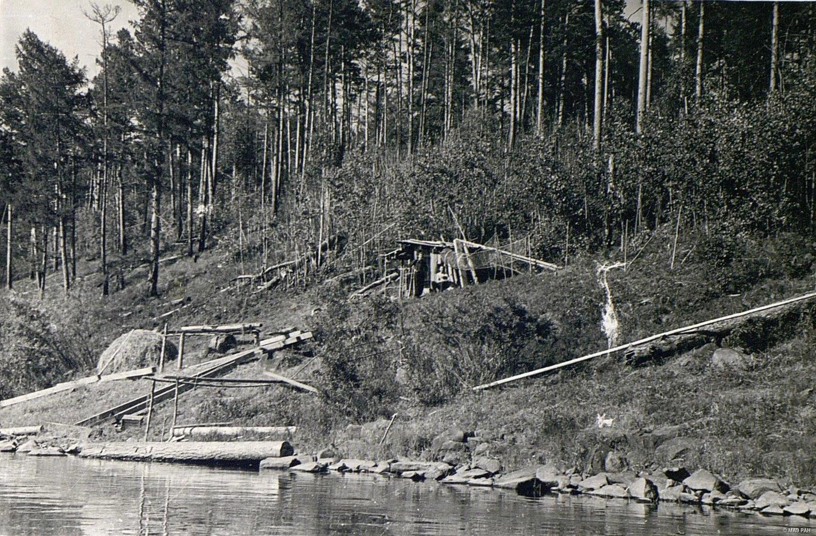 Временное жилище рыбаков на берегу реки Ангары