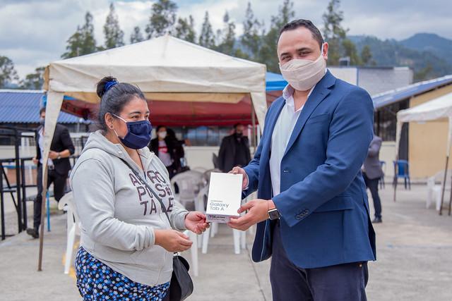Entrega de Tablets Cooperación Alcaldía de Cuenca Unidad Educativa Checa Conectando al futuro - Cuenca