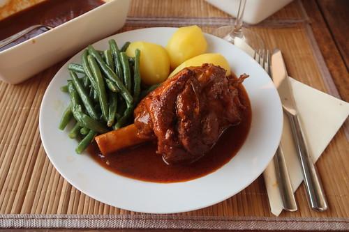 In Tomatensoße gegarte Lammkeule mit Salzkartoffeln und grünen Bohnen (mein Teller)
