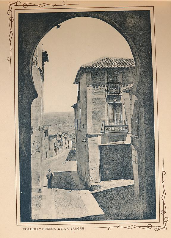 Posada de la Sangre y Calle Cervantes. Incluida en un raro álbum con 24 fotografías de Toledo hacia 1907. Colección personal de Eduardo Sánchez Butragueño.