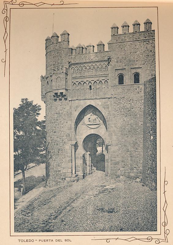 Puerta del Sol. Incluida en un raro álbum con 24 fotografías de Toledo hacia 1907. Colección personal de Eduardo Sánchez Butragueño.