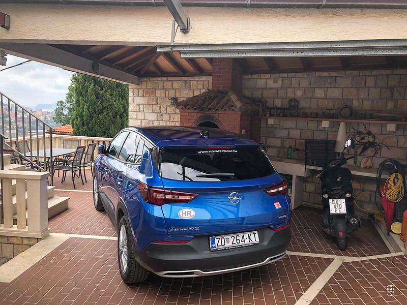 露台空間寬敞可以泊下整架SUV