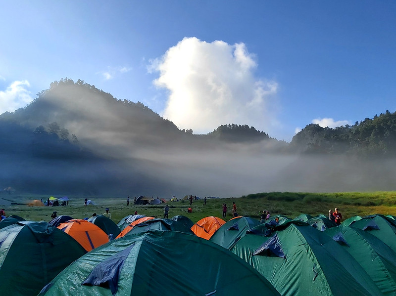 Songluo Lake: sunlight dancing with the mist and clouds
