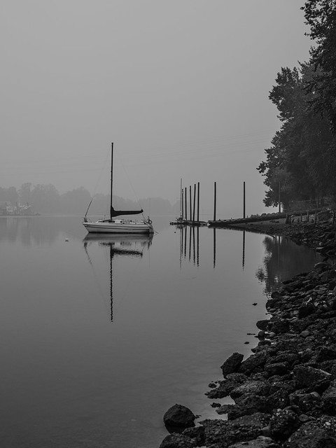 boat on willamette river on smokey morning (2)