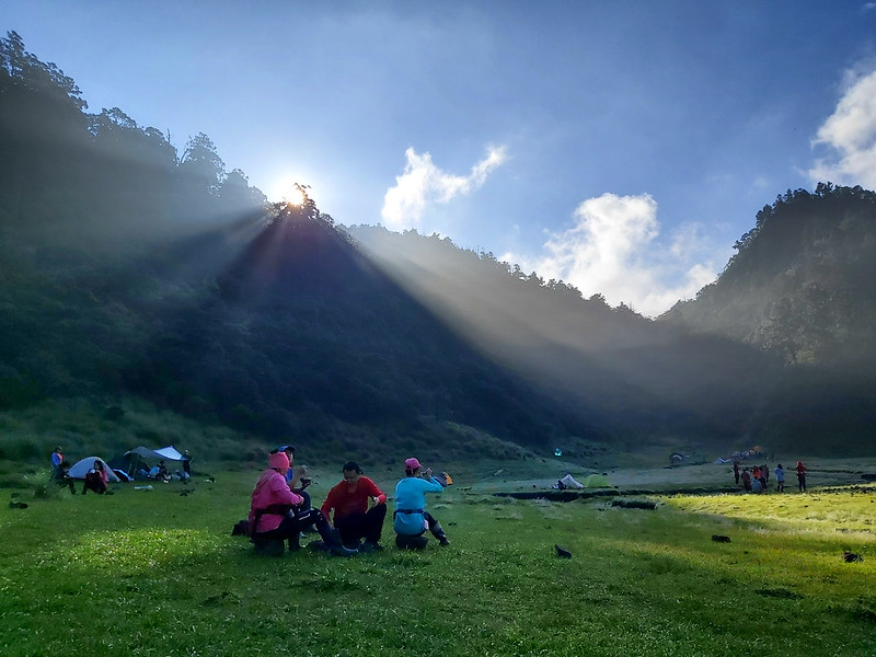 Songluo Lake: sunbeams divided by the mountain