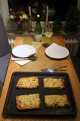 Aufgebackener Zwiebelkuchen nach Art meiner Mutter zum Federweißer (Tischbild)