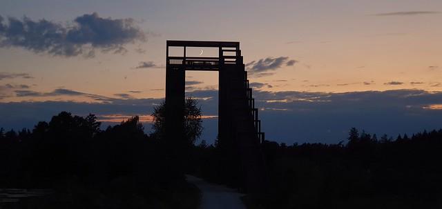 Der Sichelmond scheint durch die Himmelsleiter. The crescent moon looks through the ladder to heaven