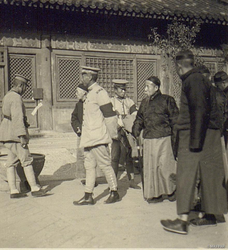 Осмотр павильонов Юн-шоу комиссией из административного гарнизона Пекина, генерала Лу-Чжун-мина и членов комиссии по ликвидации Жао-ин