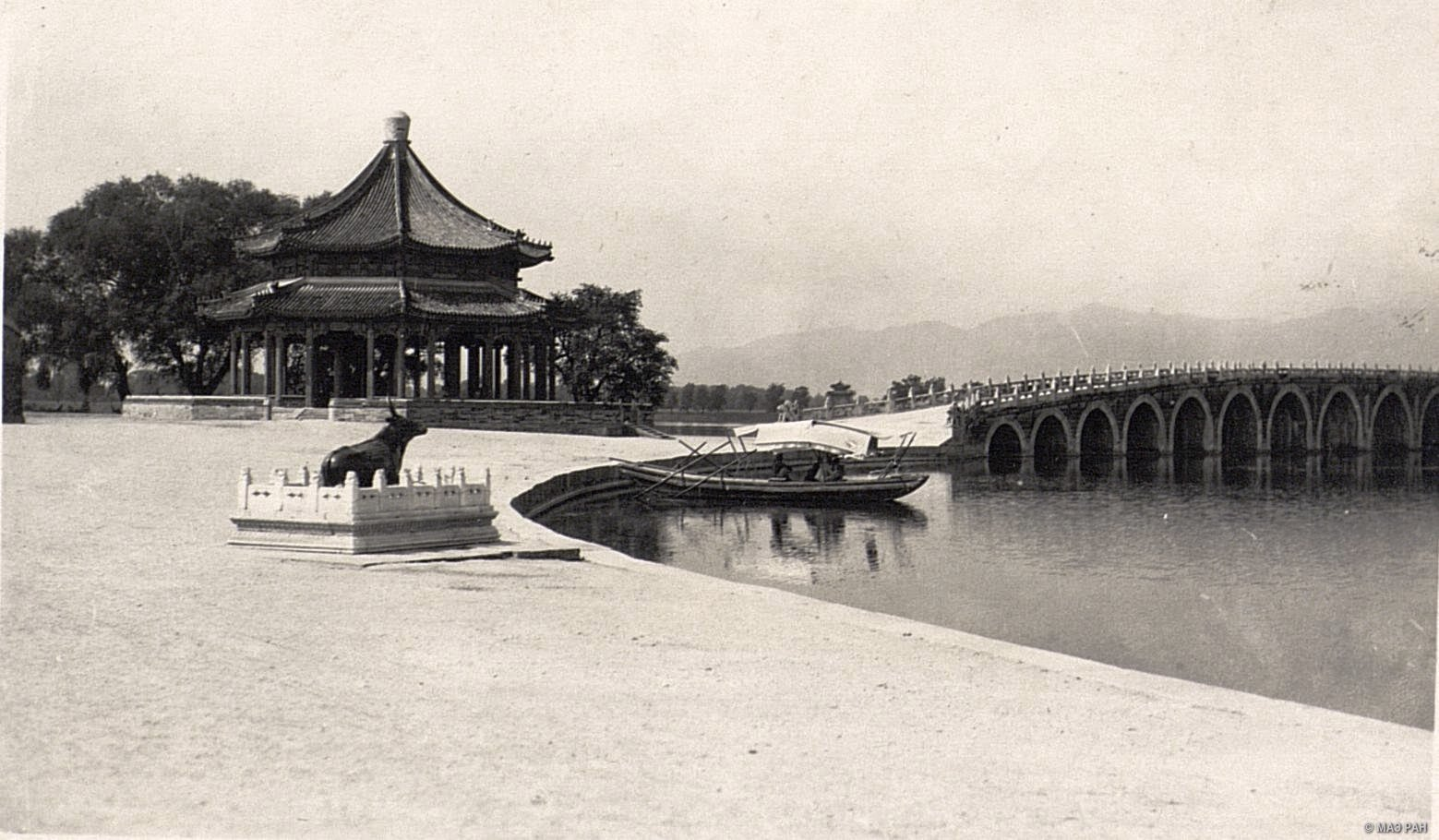 Вид на иператорский парк и летний дворец в окрестностях Пекина. Мост. Бронзовый буйвол