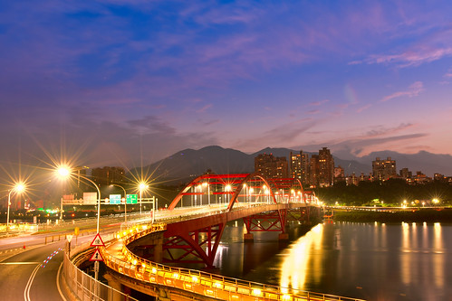 taiwan newtaipeicity balidistrict guandubridge dawn sunrise outdoors cartrack lighting danshuiriver 台灣 新北市 八里區 關渡橋 黎明 晨曦 車軌 光影 淡水河