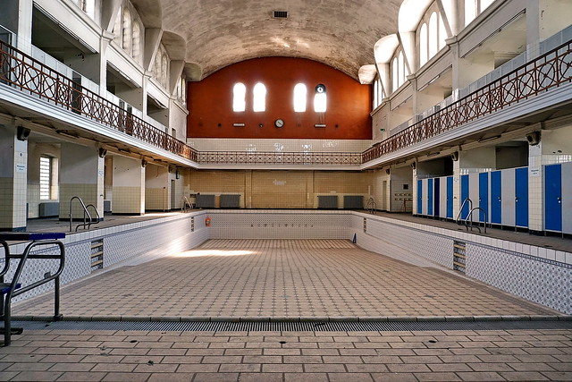 Lost place -old swimming bath (1)