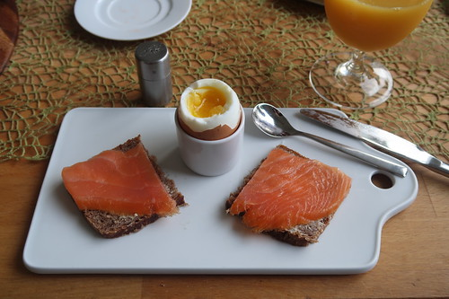 Lachs auf Roggenvollkornbrot zum Frühstücksei