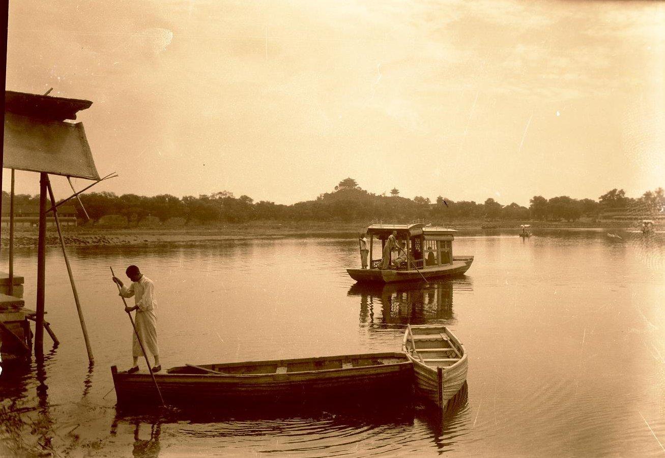 На озере в парке Бйэхай