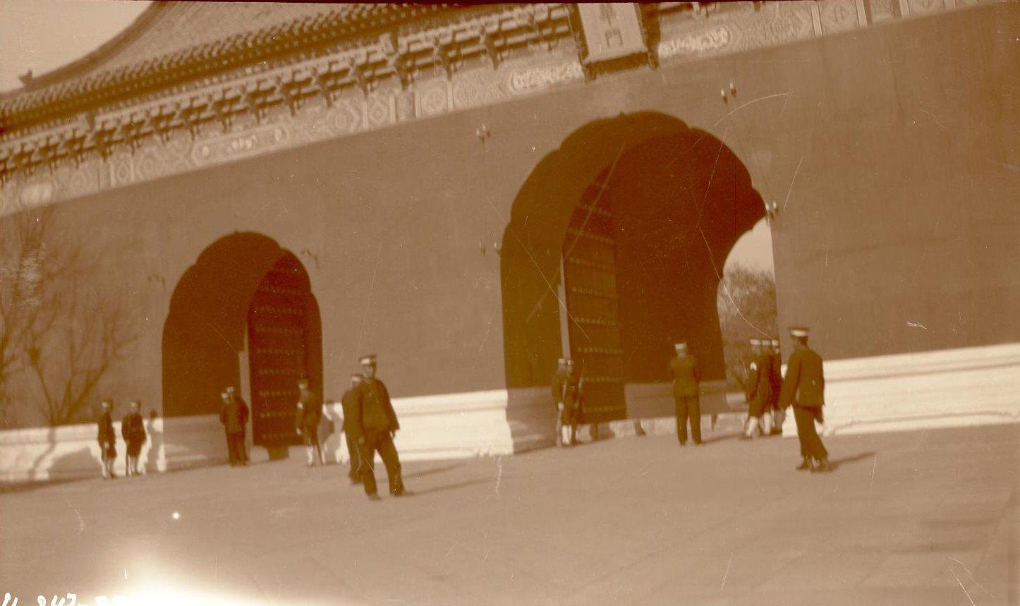 У ворот императорского дворца