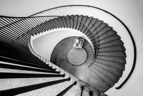 stairs stairway spiral wendeltreppe spiralstair stair makk köln voigtländer 10mm heliarhyperwide architecture interior mono monochrome blackandwhite wideangle sony a7iii lines linien treppenauge carstenheyer