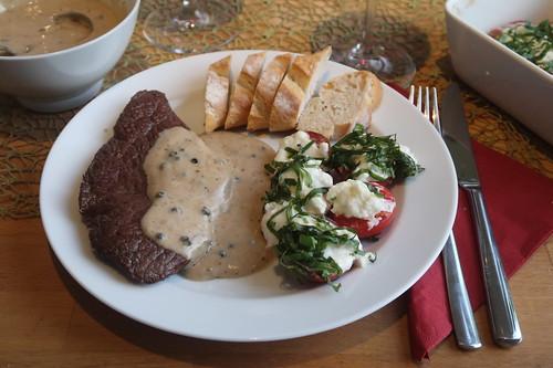 Rindersteak mit Pfeffersoße und Baguette sowie Mozzarella-Tomaten (mein Teller)