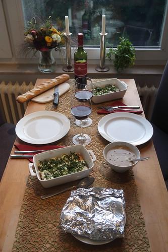 Rindersteak mit Pfeffersoße und Baguette sowie Mozzarella-Tomaten (Tischbilder)
