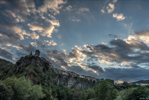 capvespre sunset castellfollitdelaroca lagarrotxa catalunya village clouds