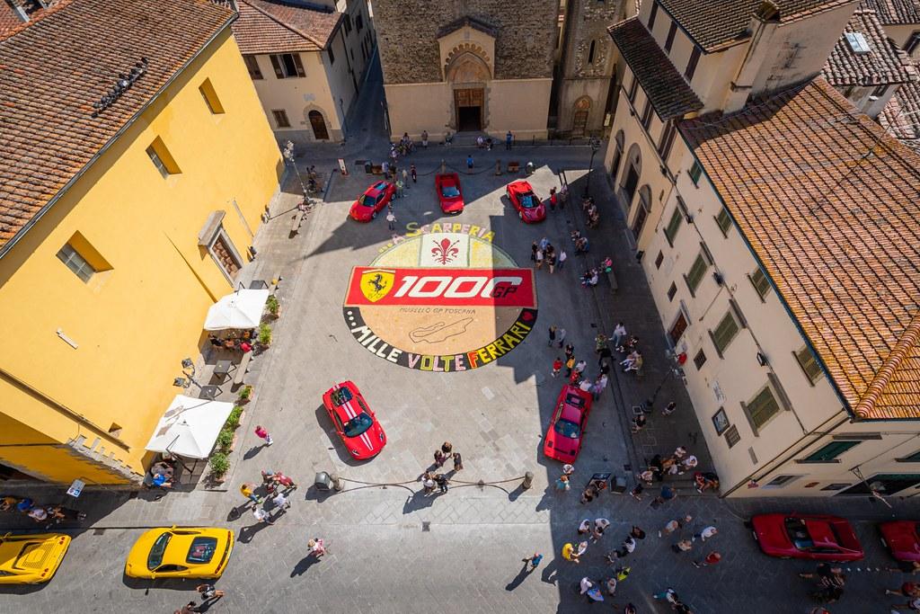 2020-09 Scarperia e San Piero, Piazza dei Vicari in fiore per #Gp #Toscana #Ferrari1000.