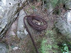 Vestiges de câbles du téléphérique en amont de la brèche