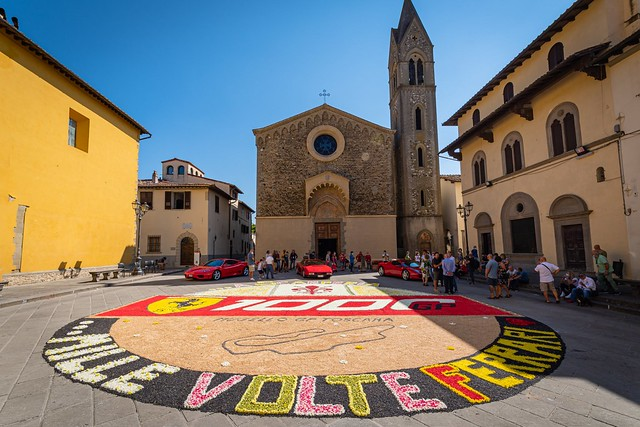 2020-09 Scarperia e San Piero, Piazza dei Vicari in fiore per il #Gp #Toscana #Ferrari1000