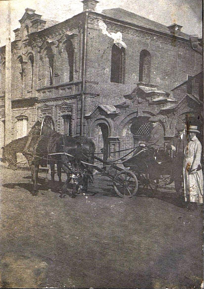 Портрет неизвестной дамы и мужчины у запряженного экипажа. Март 1918