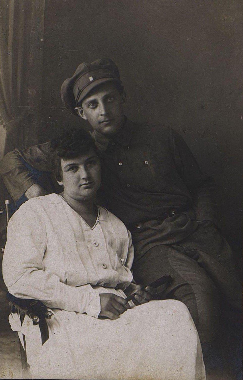 Портрет неизвестной дамы в белом платье и мужчины в полувоенной форме. 1918
