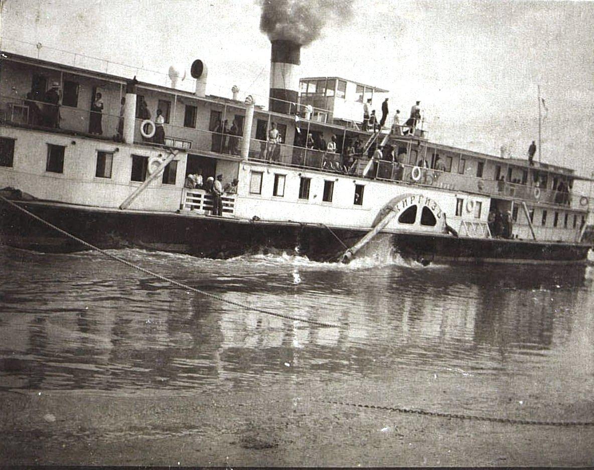 Пароход «Киргиз» отчаливает от пристани. г. Камень. 1918