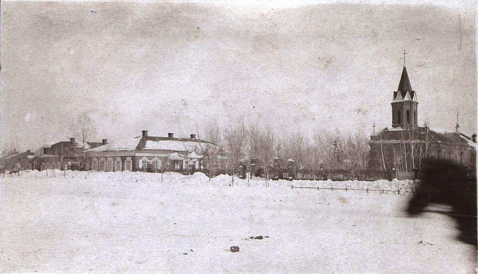 Городская площадь с католической церковью зимой. Ново-Николаевск. 1919