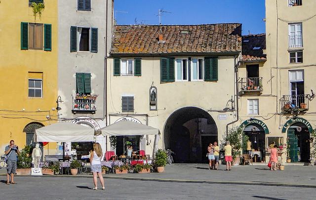 Lucca... Piazza dell' Anfiteatro