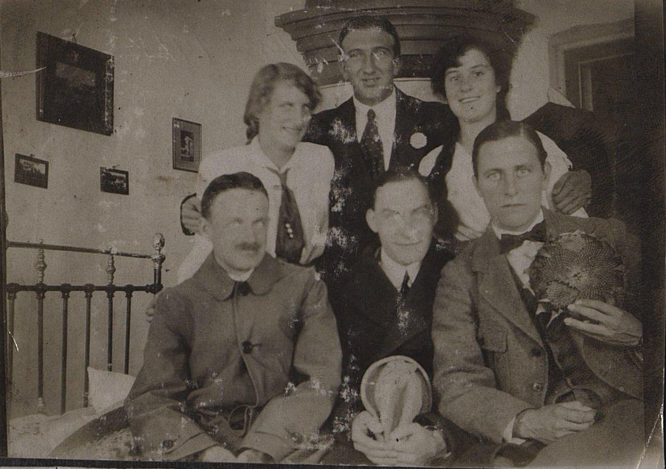 Портрет служащих русско-азиатской компании с женами. Г. Камень. 1918