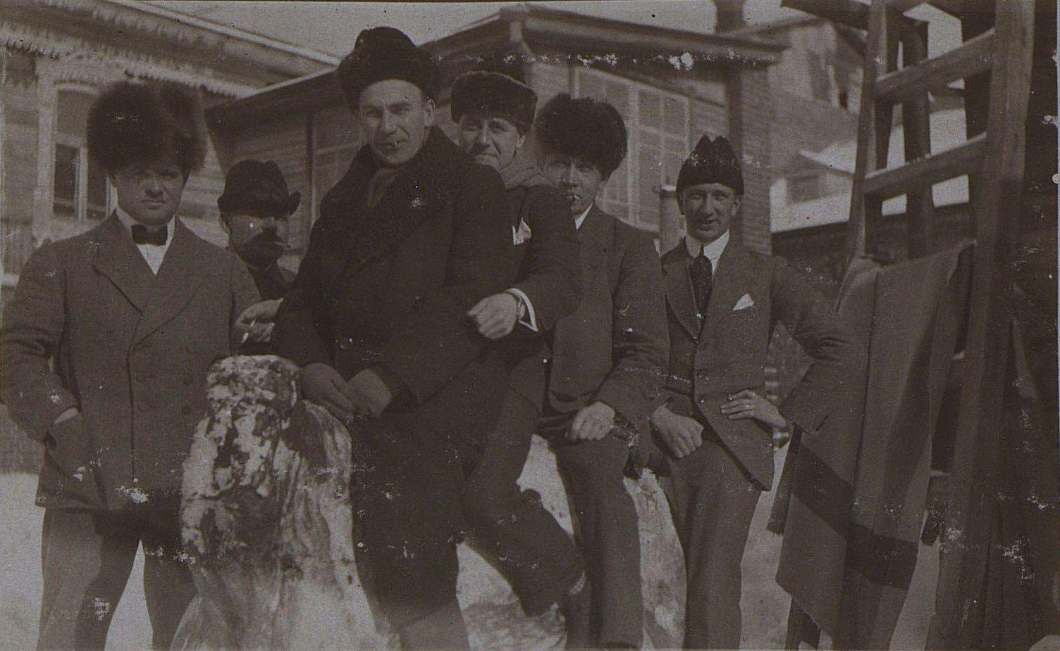 Портрет группы служащих русско-азиатской компании зимой во дворе дома. Ново-Николаевск. 1919