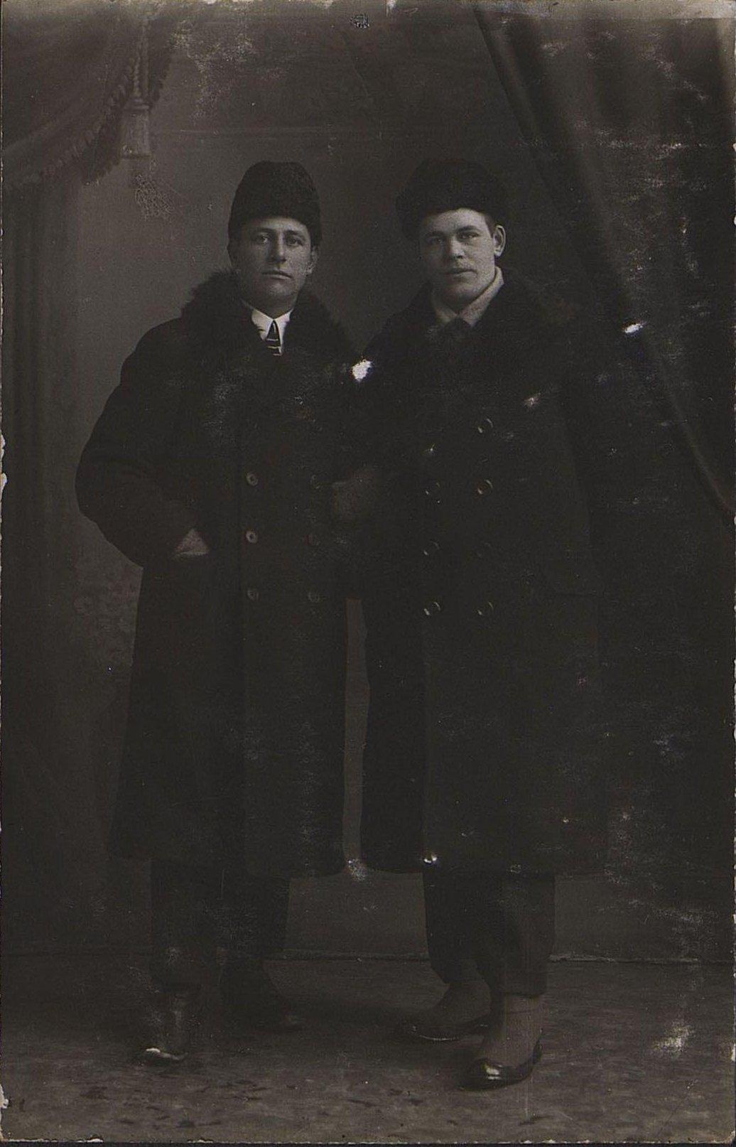 Портрет неизвестных в фотографическом ателье. Март 1918