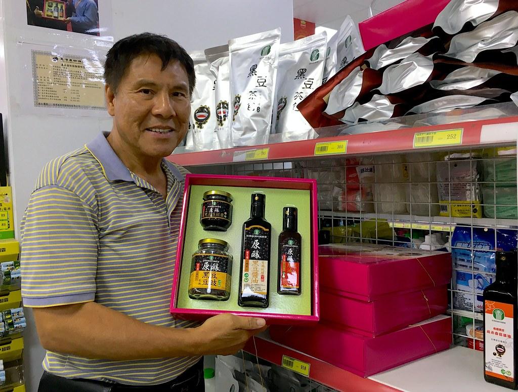 滿州鄉農會總幹事陳清木一手推動原生種黑豆產業,從契作到產品研發,開創在地產業新局,受到農民好評。鄭雅云攝。