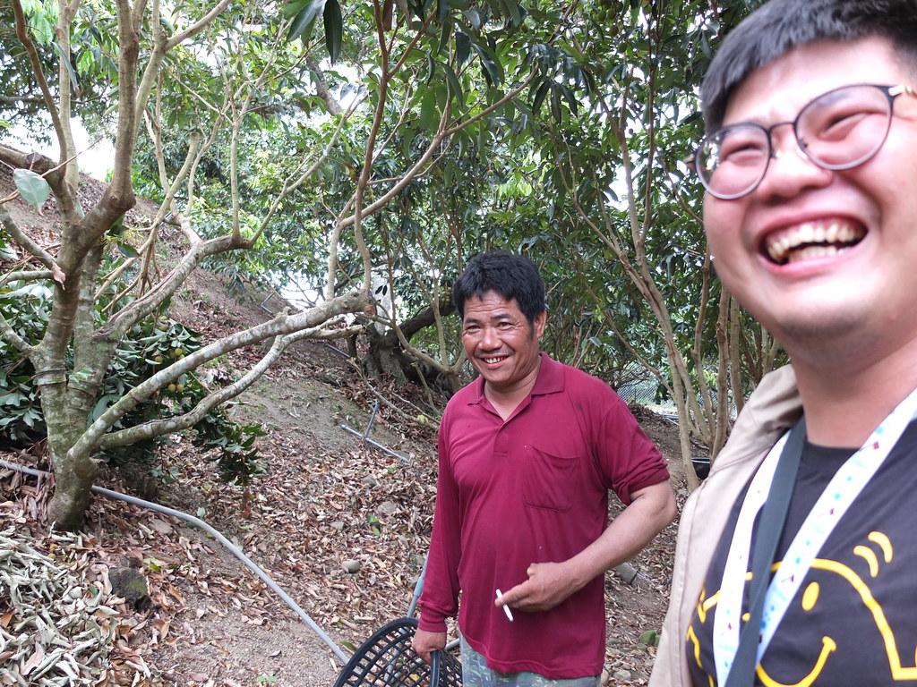 熊民清(左)是滿州在地人,現為林務局地方輔導團隊成員,常熱心協助鄉親處理電圍網相關問題。鄭雅云攝。
