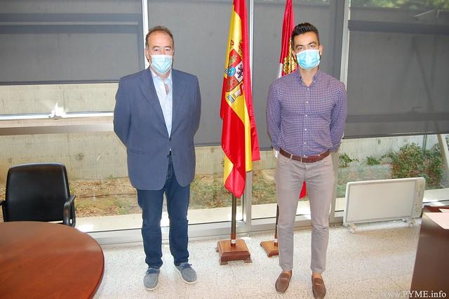 El presidente de CONFAES, Juan Manuel Gómez, junto al nuevo responsable de la Oficina Territorial de Trabajo de la Junta de Castilla y León en Salamanca, Emilio Miñambres.