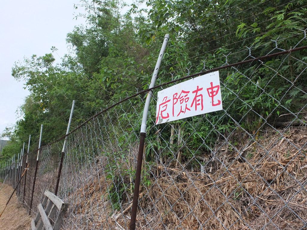 滿州鄉第一座防猴電圍網,是村民自主架設,當時因為擔心通電傷到人,還主動跑到派出所備案。鄭雅云攝。