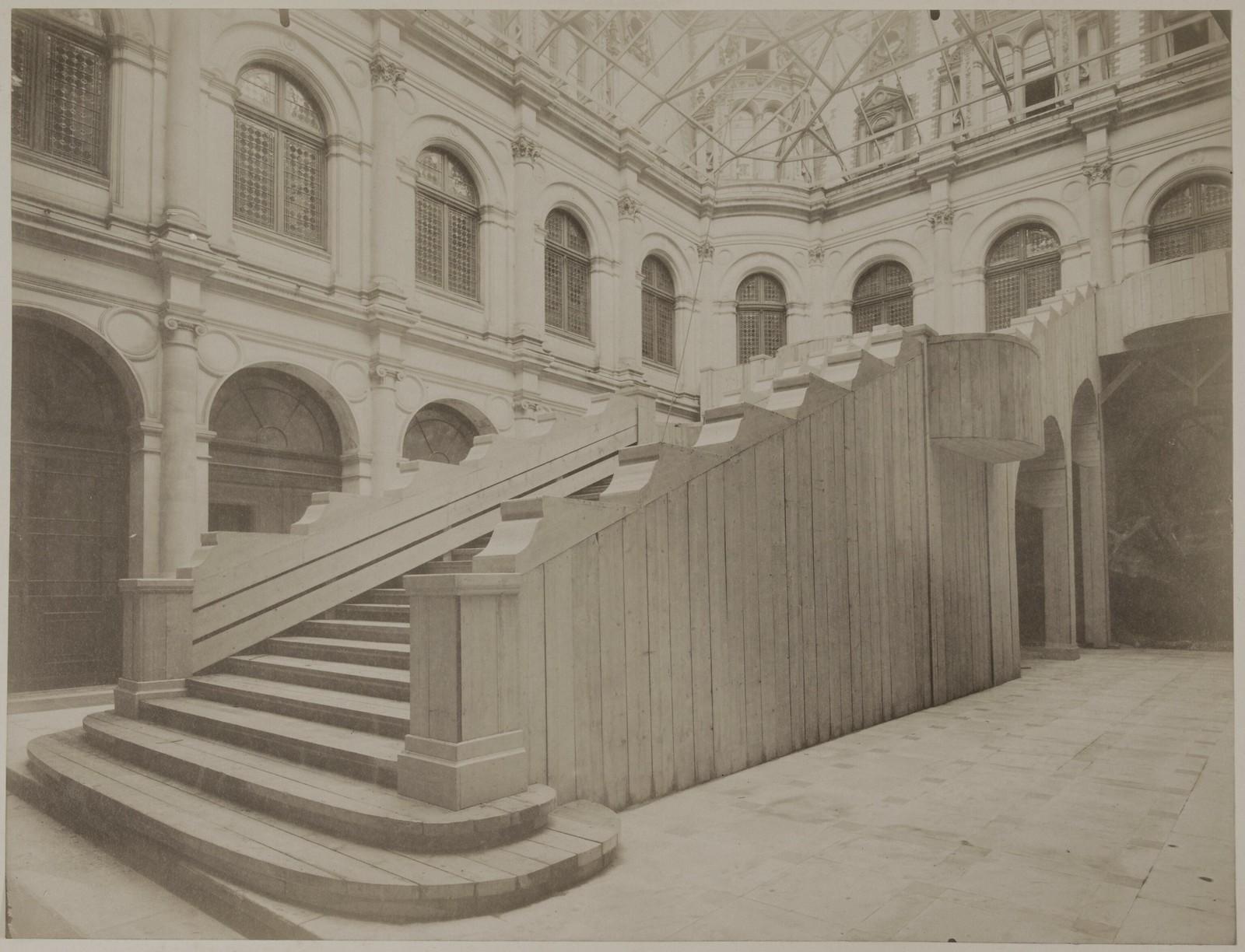 08. Временная лестница во дворе ратуши
