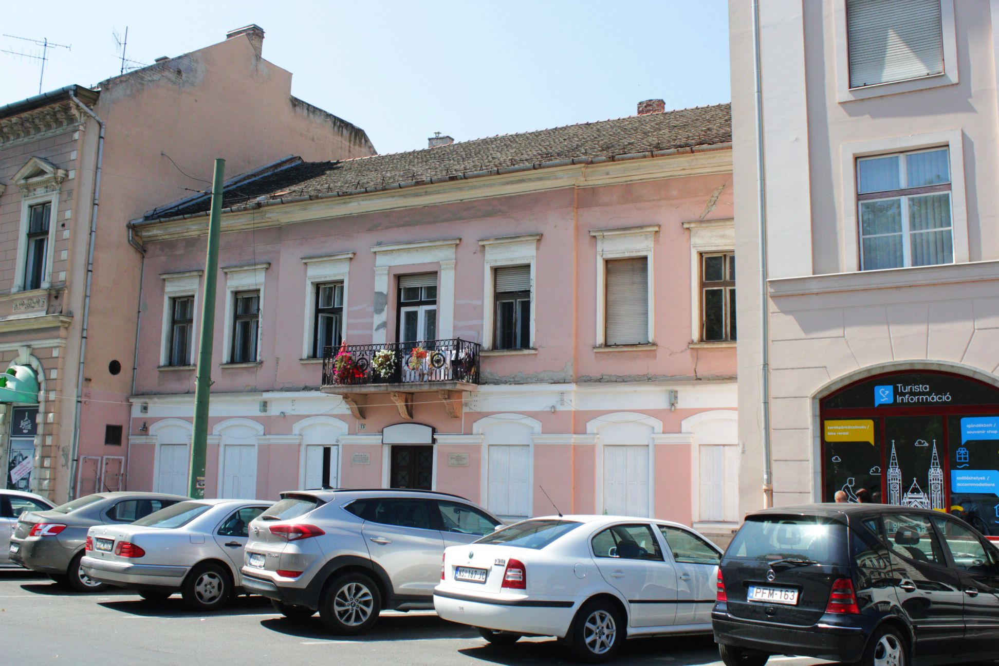 Eladná a város a Széchenyi téren lévő Grünn Orbán házat