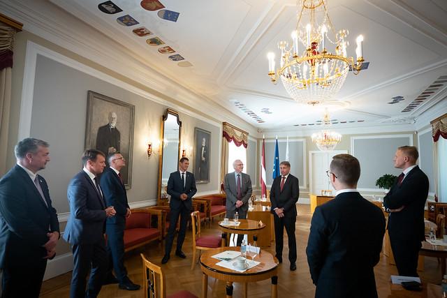"""15.09.2020. Valsts prezidenta Egila Levita tikšanās ar Saeimas priekšsēdētāju un Saeimas frakciju vadību, lai pārrunātu Valsts prezidenta sagatavoto likumprojektu """"Latviešu vēsturisko zemju likums"""" pirms tā iesniegšanas Saeimā"""