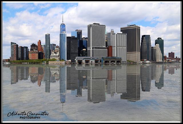 MANHATTAN CON REFLEJO EN EL AGUA. MANHATTAN WITH REFLECTION IN THE WATER. NEW YORK CITY.