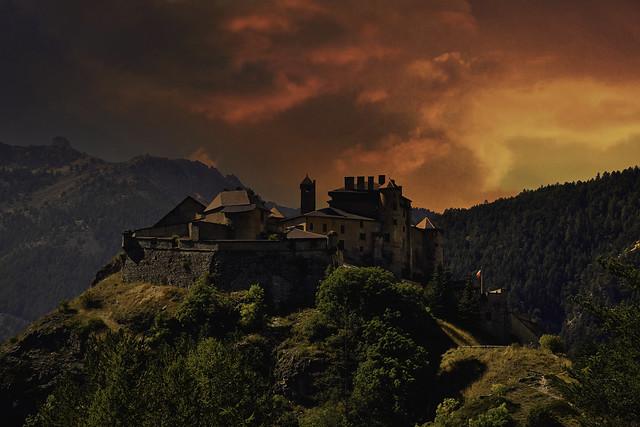 Ciel en feu sur Château Queyras-Hautes Alpes-France