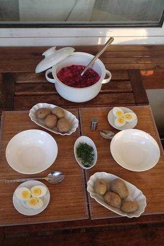 šaltibarščiai = litauische Rote-Bete-Buttermilch-Suppe (Tischbild)