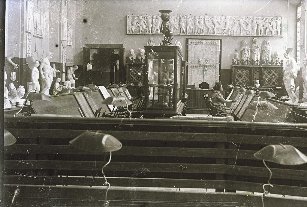 Alumnas en clase de pintura de la Escuela de Artes a comienzos del siglo XX. Fotografía de Matías Moreno. Colección de Rosalina Aguado.