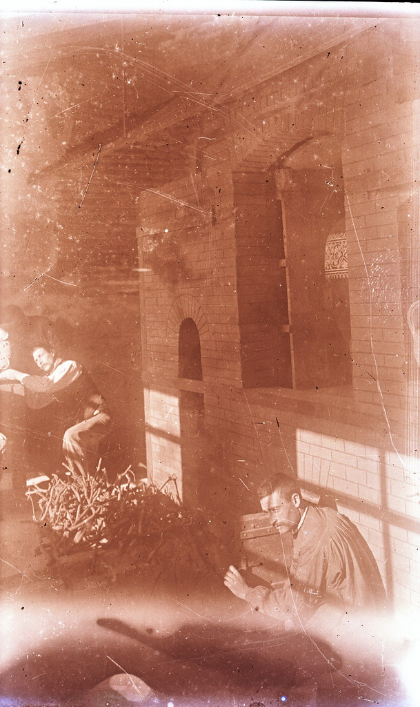 Alimentando un horno de cerámica de la Escuela de Artes a comienzos del siglo XX. Fotografía de Matías Moreno. Colección de Rosalina Aguado.