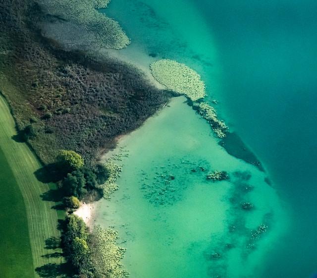 Couleurs du lac de Saint-Point. Vue aérienne