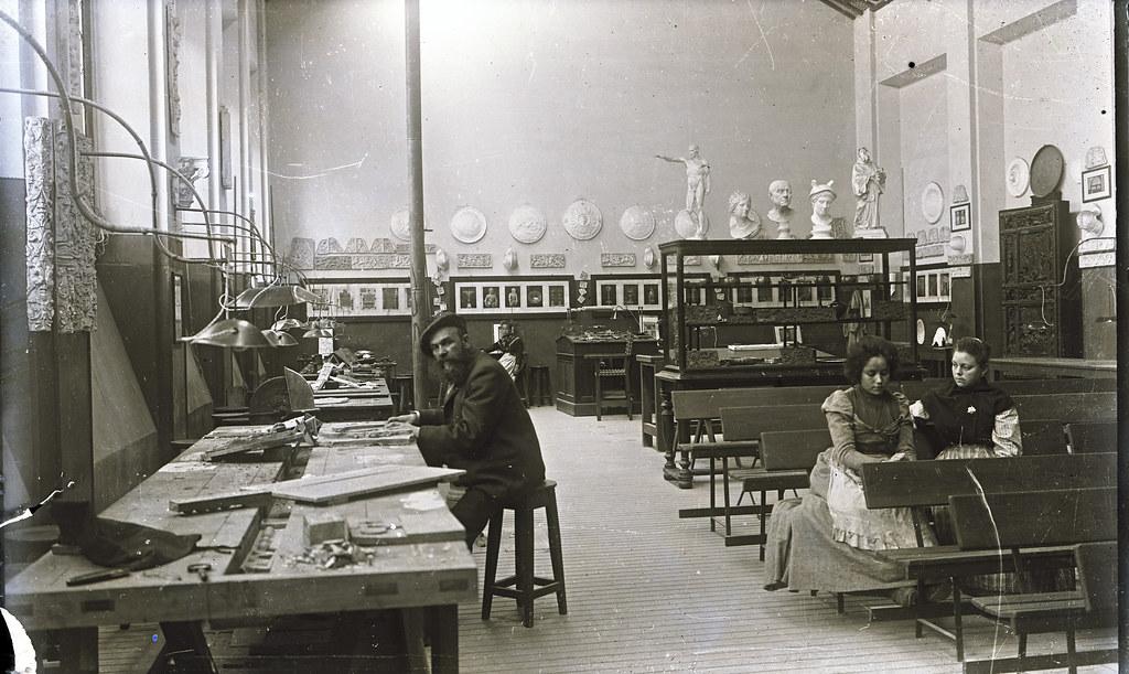 Sebastián Aguado en un Aula de Escuela de Artes a comienzos del siglo XX. Fotografía de Matías Moreno. Colección de Rosalina Aguado.