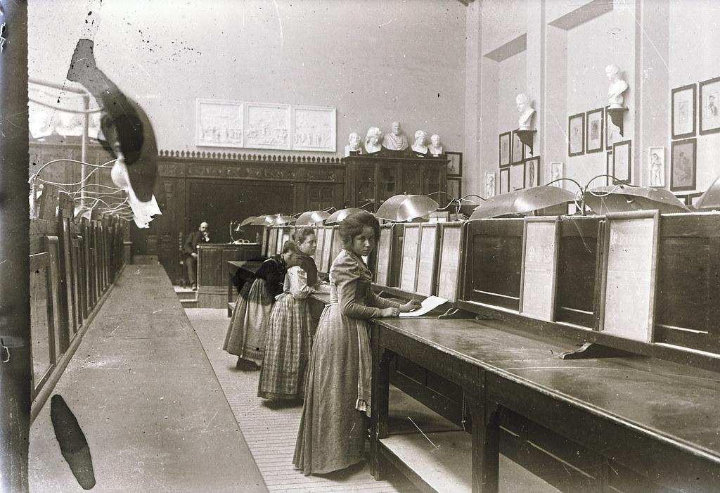 Alumnas de la Escuela de Artes a comienzos del siglo XX. Fotografía de Matías Moreno. Colección de Rosalina Aguado.